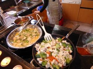 Foto van twee Thaise woks