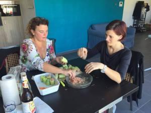 Foto van dames die Thaise komkommersoep maken