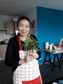 Foto van Thaise dame met Thaise basilicum