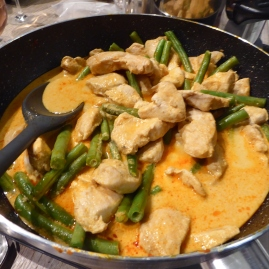 Foto van pan met curry en bonen
