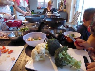 Foto van groenten snijden voor Thaise kookworkshop