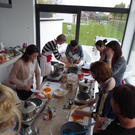 Foto van groep kokende mensen