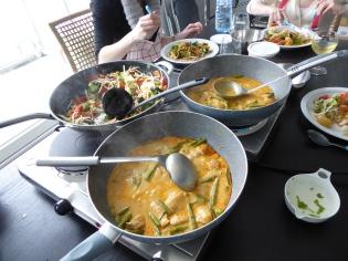 Foto van pannen met Thaise curry en groenten