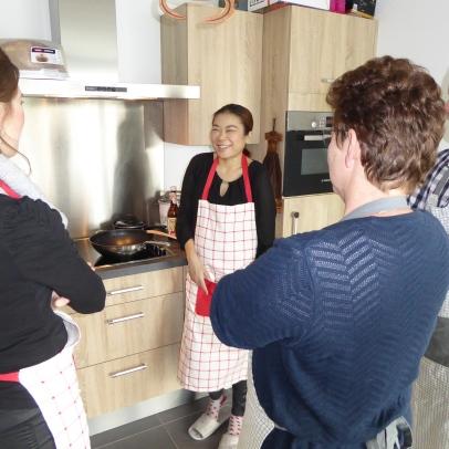 Foto van lachende mensen in keuken