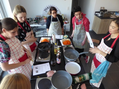 Foto van uitleg van chef tijdens Thaise kookworkshop