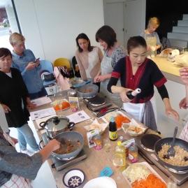 Foto van mensen die Thais koken