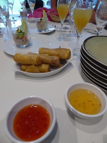 Foto van loempia's met saus