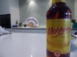 Foto van waaier Thai@home met fles Thaise rhum