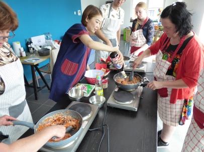 Foto van kookpannen en toevoegen van oestersaus