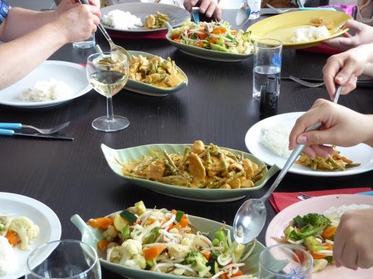 Foto van een tafel met Thais eten