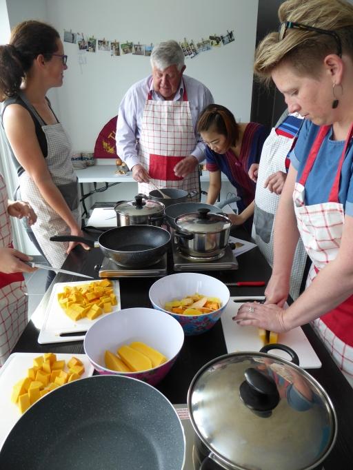 Foto van groep die kookt met butternut pompoen
