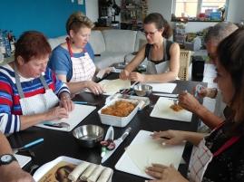 Foto van cursisten die Thaise loempia's maken