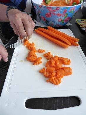 Foto van wortels snijden in vormpjes