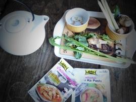 Foto van een theepot en Thaise ingrediënten