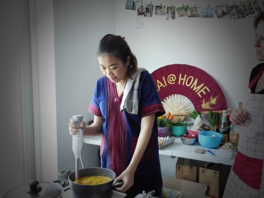 Foto van Thaise chef met mixer