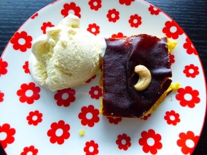 Foto van een pompoentaart, een bolletje ijs en een cashewnoot
