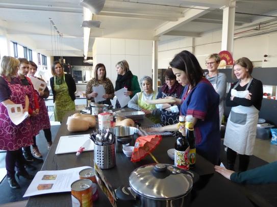 Dames die samen Oosters koken