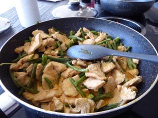 Foto van een wok met rode currie
