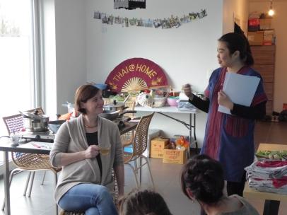 Foto van twee pratende dames tijdens kookles
