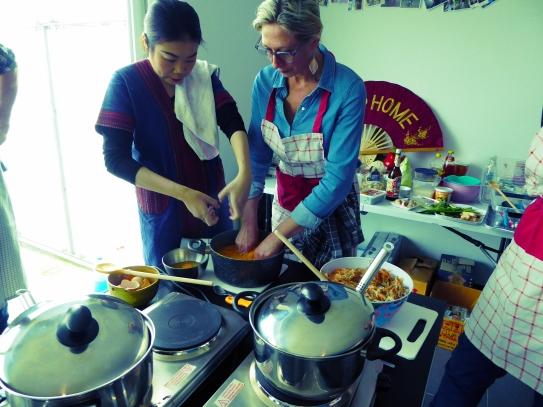 Foto van kokende dames met pot