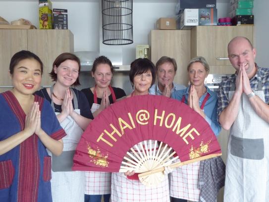 Foto van mensen met de Thaise groet