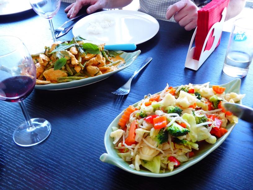 Foto van gewokte groenten en curry met Thaise basilicum
