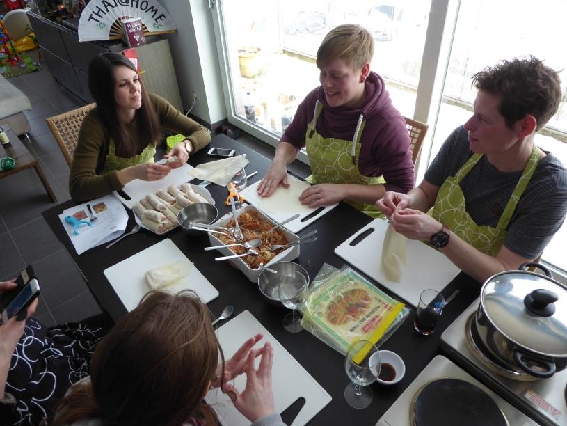 Foto van kookworkshop met spring rolls