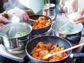 Foto van potten en pannen met Thais eten
