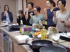 Foto van luisterende dames op kookworkshop