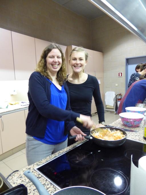 Foto van lachende dames met kookpan