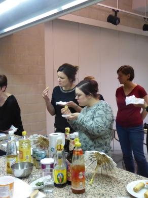 Foto van smakelijke eten van lenterolletjes op workshop