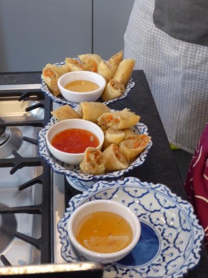 Foto van loempia's met Thaise saus