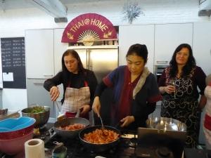 Foto van Thaise dames die curry maken