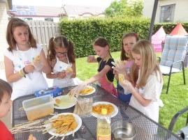Meisjes maken kippestokjes klaar