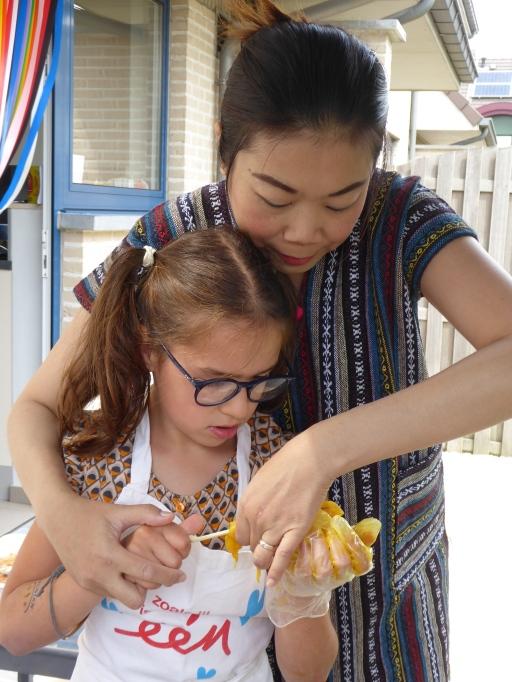 Thaise dame geeft kookles
