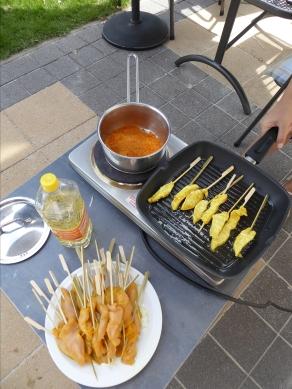 Foto van Kipsatés met saus in pot