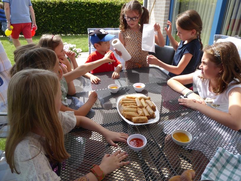 Kinderen eten loempia's