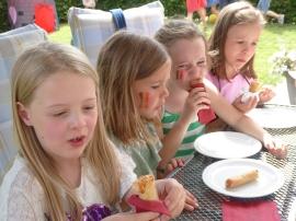 Belgische meisjes eten Thaise loempia's