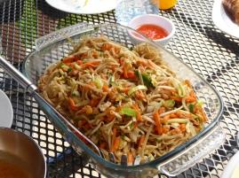 Versgemaakte Thaise noedels op buiten tafel
