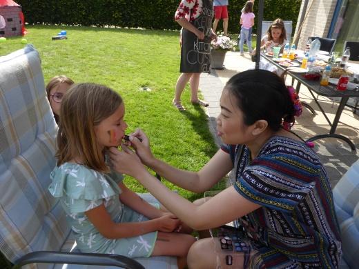 Thaise dame schminkt kinderen