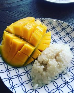 Authentiek dessert van plakrijst met kokosmelk en mango
