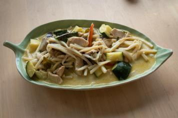 Groen curry met kip, verse groentjes en bamboescheuten