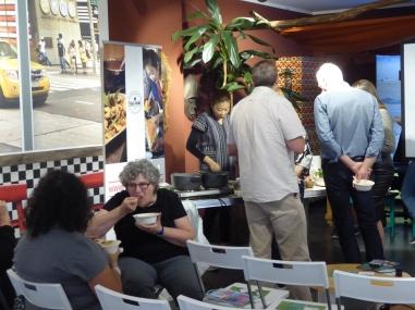 Foto van gasten die Thais eten in reiswinkel