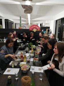 Tafel waar mensen loempia's aan eten