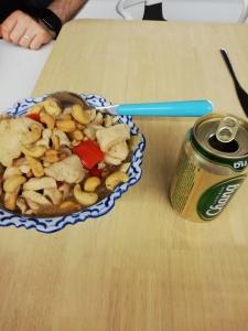 Blikje bier en kip met cashewnoten