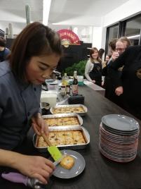 Chef serveert dessert van pompoen