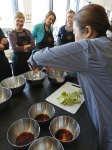 Kommen met dressing voor Thaise salade