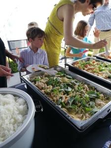 Jongen die aan het Thaise buffet staat