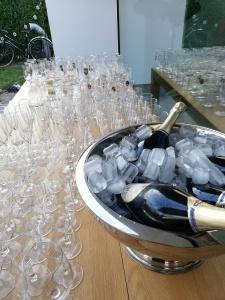 Glazen en flessen cava
