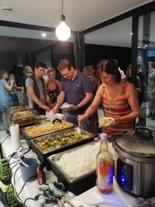 Mensen aan buffet